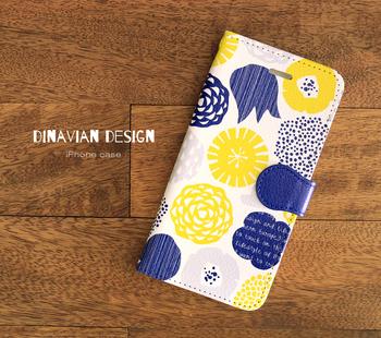 おしゃれ心をくすぐる北欧柄の手帳型スマホケース。内側はポケット付きでカードを3枚入れられます。ネイビー×イエローのポップなカラーは、持っているだけで明るい気分になれそう♪