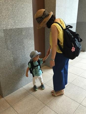 背負うので、身軽に動けて、両手があく「リュックサック」。赤ちゃんが動き回るようになったら、トートバッグよりも、リュックのほうが便利になるシーンが増えますよ。体にぴったりとそうリュックを選べば、子どもを走って追いかけても、リュックが大きく揺れずに済みます◎  そういったことを考えて、「トート兼リュックの2wayバッグ」をチョイスするのも賢いな考え方ですね。