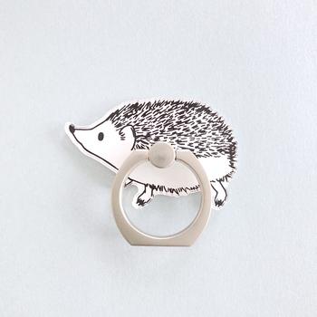 可愛いらいハリネズミのスマホリングは、モノトーンなので大人っぽく付けることができます。シンプルなケースのワンポイントとして取り入れてみませんか?