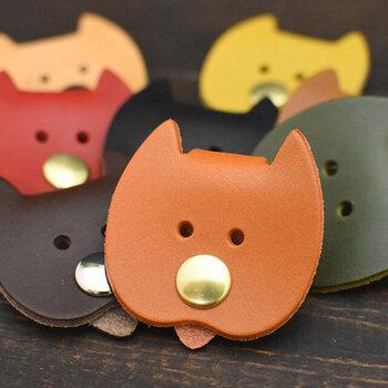 革の色は全8色・ボタンは2色あり、同じカラーでもパーツの色で印象が変わります。きっと目が合うたびに、くすっと笑顔になれますよ。