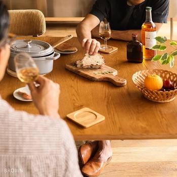 水や熱、薬品に弱く、グラスや熱いお鍋を置くときには、コースターや鍋敷きなどを使用するようにし、直接テーブルに水を触れさせないように注意が必要です。