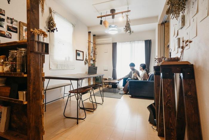 DIYしたインテリアに囲まれた2LDKのお部屋。キッチンカウンターや収納、ダイニングテーブルなどはすべて木材から作られたもの。ドライフラワーなどの小物が映えますね◎