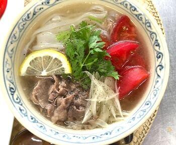 ベトナムの代表的な米粉麺、フォー。ベトナムの人たちは、レストランや屋台で毎日のようにフォーを食べるとか。こちは牛肉を使ったフォーボー風で、薄切り肉と中華スープの素を使って手軽に作れます。体に優しくて、ほっとする麺料理です。