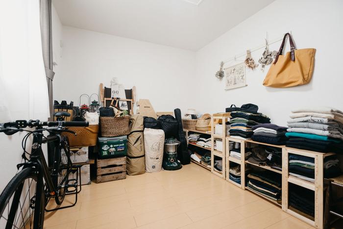 リビング以外の部屋を、趣味部屋として利用するのもいいですね。低い棚に衣装を並べば、まるでアパレルショップのディスプレイのよう。高さを合わせることで、空間も広く使えます。