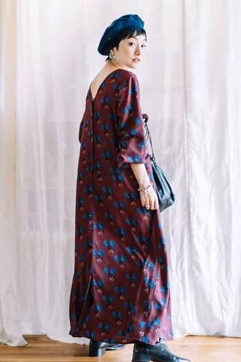 渋味のあるバーガンディーに、ロイヤルブルーのクラシックな花柄が印象的なワンピース。ゆったりした女性らしいシルエットを、マキシ丈で上品に見せています。小物を黒でまとめつつ、帽子だけは花柄と同じ色を持ってくるセンスはお見事です。