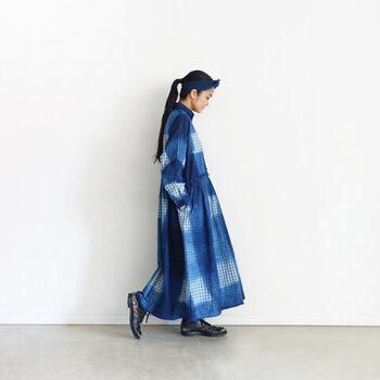 細かいギンガムチェックの生地を天然の藍で手染めする事で大きなチェック柄に仕上げたという、日本の伝統技術が詰まった特別なワンピース。チェック柄はどうしてもカジュアルに見えてしまいがちですが、マキシ丈と美しい藍色で落ち着いた大人の印象に。