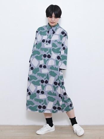 人によって野菜にも果物にもお花にも見えてくる。着て見て楽しい北欧調デザインのワンピース。大柄ですが全体的にくすんだ色味なので落ち着いて見えます。シンプルなスニーカーでボーイッシュな要素を取り入れて。