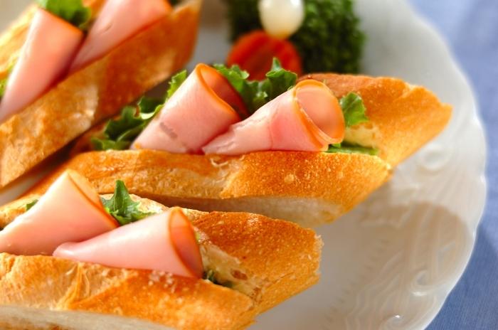 切れ目を入れたバゲットに具をはさむ、手軽につくれるサンドイッチ。マスタードをきかせるとピリッと大人味に。