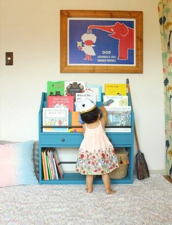 子供が絵本が読みたいと思える本棚はどんな本棚でしょう。まずは、子供自身が選びやすいところがポイントに。お子様の身長や目線に合わせた高さの本棚なら、取り出しやすくしまいやすいので、本を手に取りやすくなります。