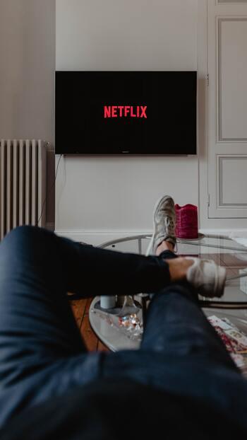 最近では、アマゾンプライムやnetflixなどわざわざDVDをレンタルしなくても、お家で手軽に映画が楽しめるので上手に利用して気分転換してみてくださいね。見始めてから、なんとなく好みじゃない...なんて思った時に違う映画を探せるのも嬉しいですね。