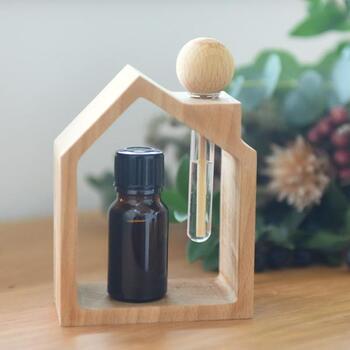ガラス管の中に好きなアロマや香水を入れて、木のスティックをセットする簡単なアロマ芳香器。おうちフレームのデザインに癒やされます。ゆっくりと香りが広がるので鼻への刺激も穏やか。ペパーミントやユーカリ、レモンなどのアロマオイルを入れて、目覚めの香りに最適です。手軽にできるのも高ポイント。