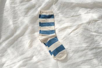 オーガニックコットン、本藍染めの糸を使って編み上げた、素肌に優しいボーダー柄靴下。目を引く爽やかで綺麗な藍色の太いボーダー。パンツの裾からチラリとのぞかせれば、シンプルコーデのアクセントに。