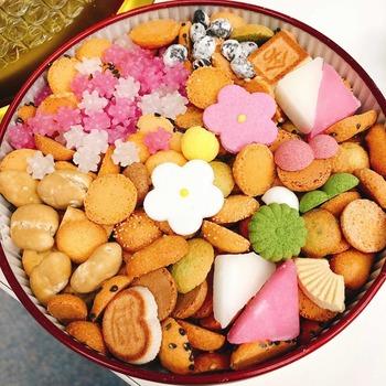 ピンク色の花やこんぺいとうが春らしい「赤丸缶」。一つ一つは小さめですが、干菓子やクッキー、落花生など約30種類のお菓子がたっぷりと詰まっています。干菓子は季節によって変わり、春は桜。いろんな美味しさが楽しめ、最後まで飽きずに食べられそうですね。