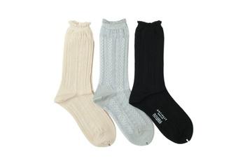 アランニットのような美しいチェーン柄で編まれている、透け感ある靴下。薄手ですがウールで繊細に編まれているので、履き心地は見た目以上に柔らか。上品な印象のデザインなので、春のフォーマルコーデにもぴったりなアイテムです。