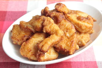 パサつきがちな鶏むねは、切り方と下味のポイントを抑えるとジューシーに仕上がります。フライパンで揚げることができるので、油を使う量が少なくてすみ、節約にも効果的です。