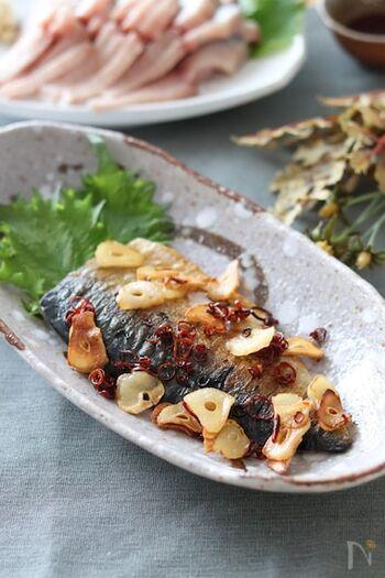 塩サバににんにくとトウガラの風味をまとわせるとおしゃれな一品になります。残った油には旨みがたっぷり残っているので、パスタをあえたり、じゃがいもを焼いたりしてもいいですね。