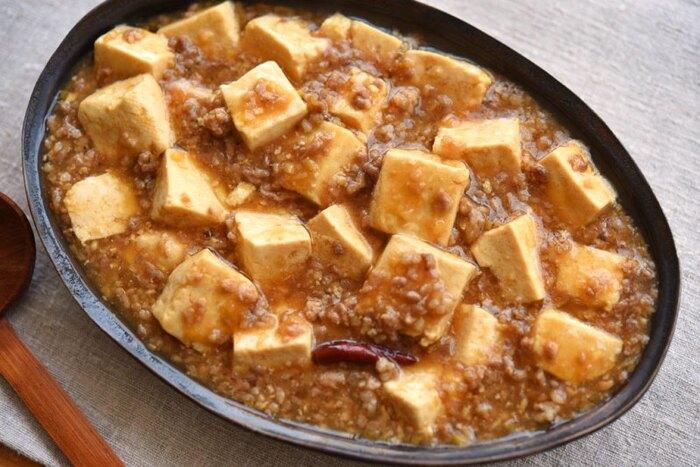 みんな大好き麻婆豆腐。意外にも家にあるものだけでも美味しく作れるのです。あらかじめ豆腐を湯通しすると崩れづらくなります。シンプルな料理だからこそ、仕上がりを左右するこのひと手間を大切に。