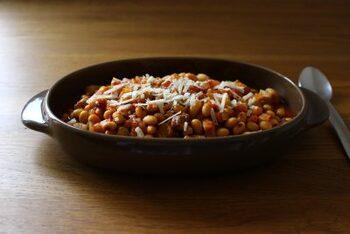豚肉と香味野菜の旨みをたっぷりと吸った大豆が美味しい煮込みです。豚肉を大豆と同じ大きさにすることで煮込み時間を短縮。大豆は水煮やドライパックを使っても美味しくできます。