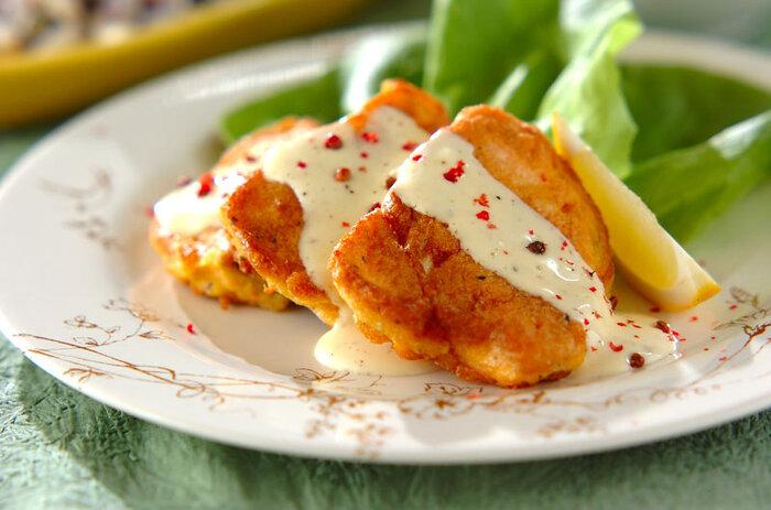 小ぶりの魚の切り身も、卵とチーズを合わせると旨みが増し、ボリュームアップ。そのままでも美味しいのですが、サワークリームベースのソースを添えると風味が豊かになります。