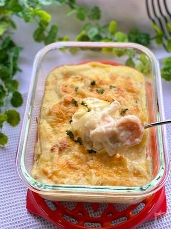 海老をたっぷり用意しなくてもみんな大満足のグラタン。ホワイトソースは節約の強い味方です。生クリームやバターを使わなくても、こっくりと美味しく仕上がります。