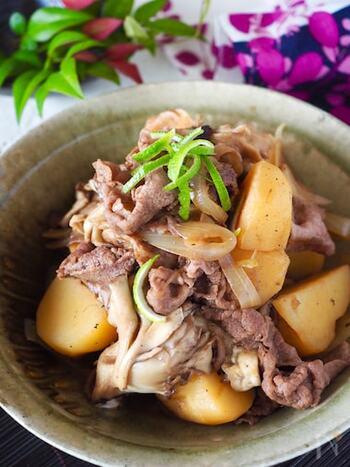肉控えめの肉じゃがでも、うまみの強いマイタケをくわえることで食べ応え満点。肉に小麦粉をまぶすことで煮てもパサつきません。もちろんブタ肉で作っても◎