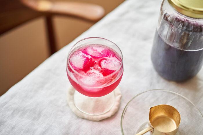 梅干しづくりに活躍する赤紫蘇を使った鮮やかなシロップです。紫蘇とりんご酢のさっぱりとした後味は、目が覚める美味しさ!サイダーで割るのはもちろん、お水やお湯に溶かしたり固めてシャーベットにしたりと、幅広いアレンジが叶うのも嬉しいポイントです。