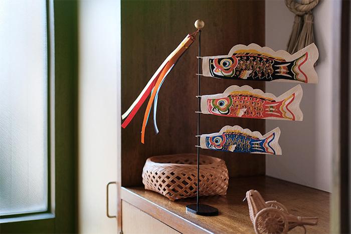 「八尾和紙」と言う富山県の伝統工芸で作られたこいのぼりです。高い耐久性が特徴で、こいのぼりにしても和紙独特のハリと力強さが感じられます。高さは約39cmで、比較的コンパクトだからチェストや本棚に飾りやすいですね。