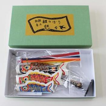 きれいな箱に入っているので、贈り物にも向いています。飾らない時は箱にしまって置けるから便利です。