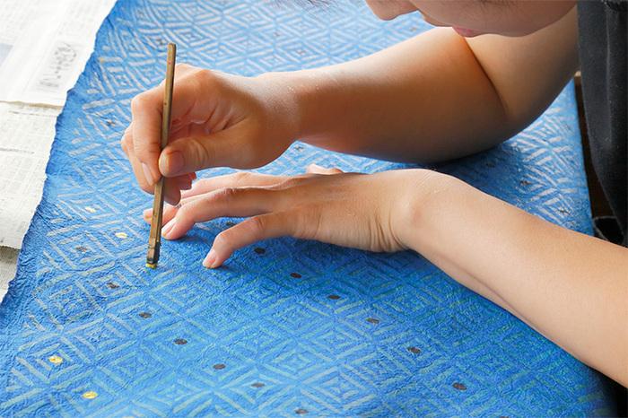 こいのぼりに使われる和紙は、一枚一枚手漉きで丁寧に作られています。和紙には型を使って手作業で文様が描かれていて、コンパクトながら伝統と職人の技を感じられます。