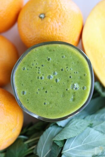 食物繊維や酵素を摂りたい方は、フルーツジュースにひとつかみのモロヘイヤやほうれん草を入れるのがおすすめ。オレンジやマンゴーなどの甘味の強い果物と合わせることで、とても飲みやすく栄養価の高いジュースの完成です*