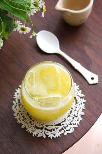 繊細な味が特徴の甘夏とセロリを撹拌したジュースです。どちらもビタミンたっぷりで、疲労回復にも効果的。セロリはある程度筋をとってから使うことで、口当たり滑らかに仕上がりますよ。