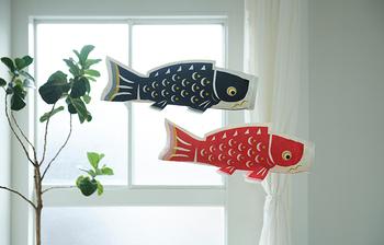 江戸時代のモノトーンの鯉のぼりをヒントにして、室内で飾りやすいシックな鯉のぼりのモビールが作られました。横の長さは58cmで、適度に存在感があります。