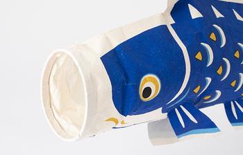 阿波の手漉き和紙に京都の型染の技術で絵付けされ、日本の伝統を感じられます。吊るすための麻紐が付いていますが、浮いているようにディスプレイしたいなら、テグスなどを使うと◎です。