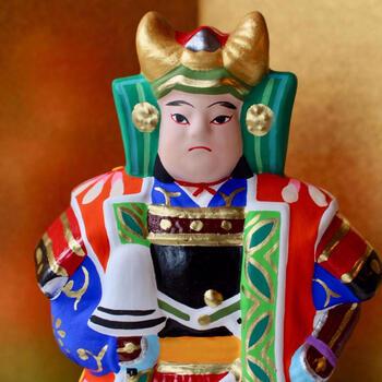 津屋崎人形とは、福岡県福津市津屋崎で作られている伝統工芸の土人形です。土の柔らかな曲線と鮮やかな色彩が魅力で、お節句の人形も人気です。