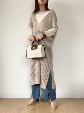 裾にスリットの入ったデザインが素敵なフレアデニム。透かし編みワンピースを重ねて、程よいリラックス感を楽しみつつアクセサリーやバッグ、シューズでコーデの雰囲気を盛り上げます。
