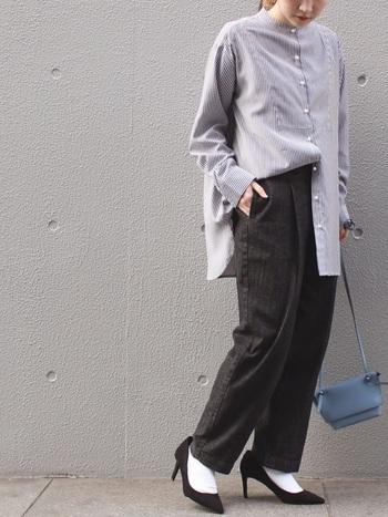 ボーイッシュなコーデの他にもシャツやヒールを合わせたフレンチシックなコーデも似合います。テーパードデニムにすることでコーデにゆるさが生まれ、程よく肩の力が抜けた大人なコーデに仕上がります。