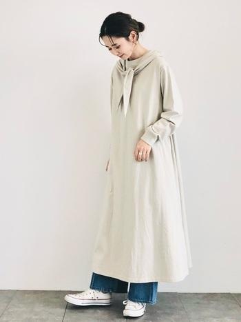 ロング丈ワンピースのインナーに困ったらワイドデニムがぴったり。ワイドデニムの広がりのあるシルエットがワンピースのふんわりとした裾と相性が良く、ナチュラルなカジュアル感をプラスしてくれます。