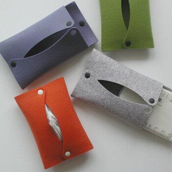フェルト素材のポケットティッシュケース。シンプルな一枚仕立てで、スナップボタンを外して簡単にセットできます。ウォッシャブルなのも嬉しいポイント!