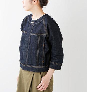 ノーカラーのGジャンは、襟がない分ナチュラルな印象で着こなせる一枚です。丸みのあるシルエットで、デニム地ながらも柔らかい印象で着こなせます。パンツにもスカートにも合わせやすい、大人女子にぴったりなライトジャケットです。