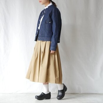 白シャツとベージュのスカートを合わせたナチュラルな着こなしに、あえてGジャンを合わせたコーディネートです。足元は白靴下×黒シューズで、クラシカルな印象に。アウターを変えるだけで、雰囲気がガラリと変わる着こなしですね。