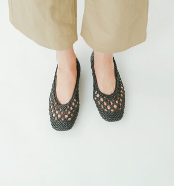 フラットパンプスはサッと脱ぎ履きができるだけでなく、歩きやすさも抜群の楽ちんシューズです。編みメッシュが涼しげなデザインのパンプスは、これからの季節にもぴったりですね。シンプルながらもおしゃれ度が高く、大人女子のデイリーコーデにも合わせやすい一足です。