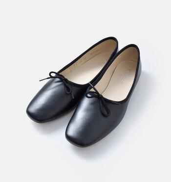 甲が深めに作られたバレエシューズは、脱ぎ履きのしやすさだけでなく歩きやすさも重視して作られています。レザー素材で上品な印象ですが、さりげなく施されたリボンが女性らしさもプラスしてくれます。カラーは、キャメルとブラックの2色展開です。