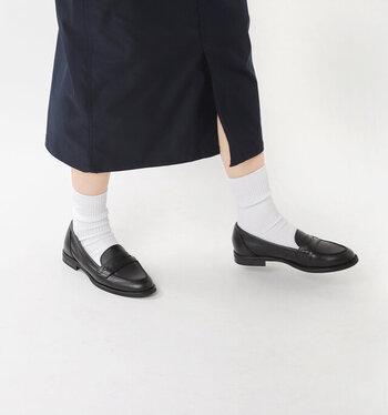 脱ぎ履きしやすい靴と言えば、ローファーも欠かせません。こちらのベーシックなデザインのコインローファーは、レザー素材の上品な一足。シンプルな印象なので、どんなテイストにも合わせやすいのが魅力です。
