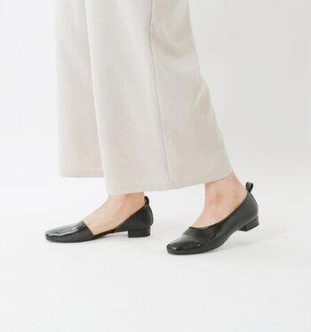 ラムタッチの天然皮革を素材に使用し、上品な印象を与えてくれるレザーパンプス。サイドに大胆なカットを施し、シンプルに見えてモードな印象も併せ持つ一足です。アッパー部分が足の甲までしっかりと覆ってくれるので、歩きにくさを感じることもありません。