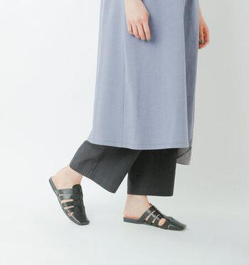 スポッと履けるといえば、サンダルも欠かせないアイテムです。 こちらはフラットなグラディエーターサンダルをサボ仕様で作り上げた一足で、歩きやすさも抜群。素足はもちろん、靴下と合わせてもおしゃれに履きこなせますよ♪