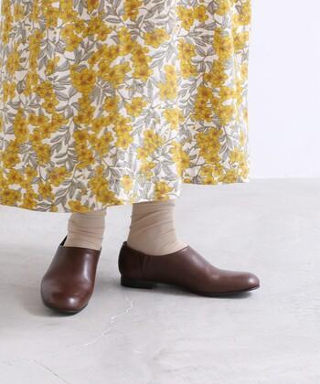 スリッポンと聞くとカジュアルな印象が強いですが、こちらはレザー素材のスリッポンシューズです。サイドにゴムが入っているつくりなので、脱ぎ履きのしやすさも抜群です。シンプルなデザインなので、どんなテイストにも合わせやすい一足ですね。