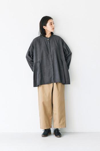 ベージュのワイドパンツに、チャコールグレーのワイドトップスを合わせたコーディネートです。襟にさりげなくフリルをあしらったトップスなので、ラフながらも女性らしさを演出できます。ゆるシルエットの着こなしは、おうちでのリラックスタイムにも◎