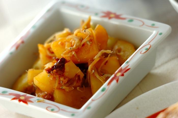 しらすの塩気がジャガイモによく合う1品。 ジャガイモはイチョウ切りにして熱を通りやすくしています。お醤油、お酒のみの素朴な味つけは、おつまみやお弁当のおかずとしてもおすすめ。 春にとれる新ジャガを使うとホクホク、しっとりとした食感が楽しめます。
