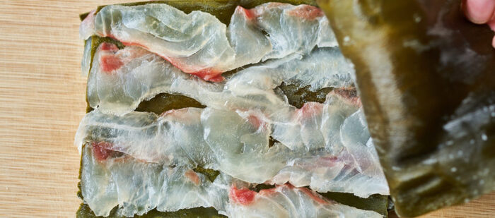 こちらの昆布締めは手軽でありながら、味は本格派です。材料は鯛・昆布・粗塩のみで、火を使いません。昆布と鯛が持つうま味の相乗効果で美味しさは何倍にも! 春らしい1品として、来客時のおもてなし料理にもおすすめです。