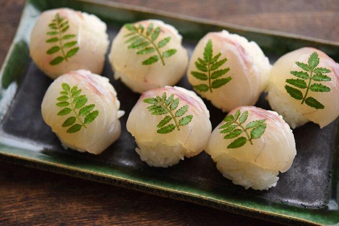 先程ご紹介した「鯛の昆布締め」の応用レシピです。 鯛の昆布締めと酢飯で、可愛らしい手まり寿司が出来上がります。木の芽をのせて、より春らしい装いに。 「鯛の昆布締め」と同様に、おもてなし料理としてもぴったりですね。